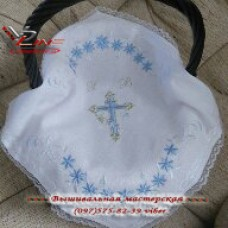 Нежная вышитая салфетка станет красивым украшение пасхальной корзины