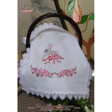 Вышитая салфетка «Пасхальный кролик» для маленькой корзины