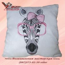 Белая декоративная подушка с вышитой зеброй