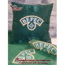 Компьютерная вышивка логотипа на декоравной подушке