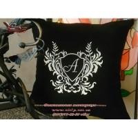 Черная декоративная подушка с вышитой монограммой