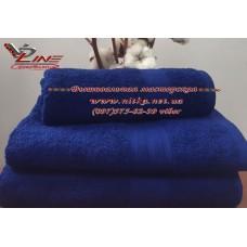 Махровое полотенце синее с бордюром 420